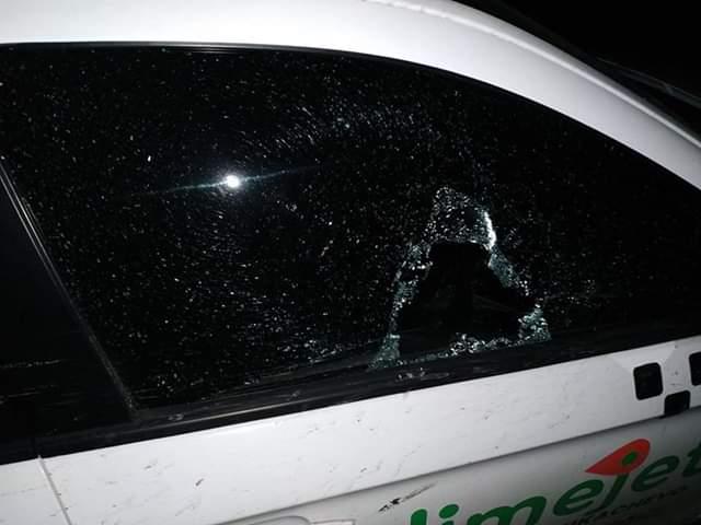 В Мукачеві невідомі потрощили автомобіль однієї із служб таксі (ФОТО)