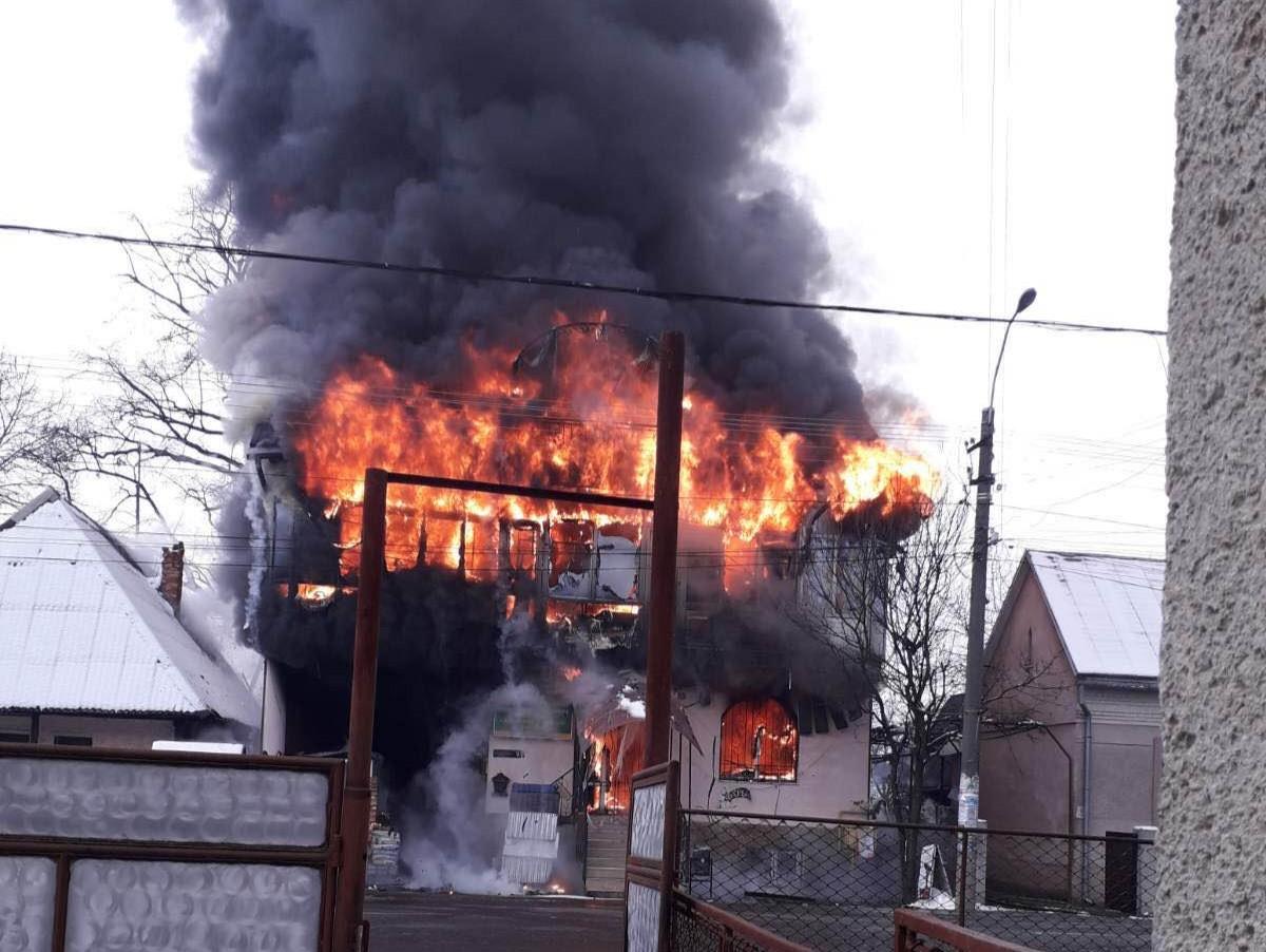 У Буштині, на Тячівщині сталася пожежа в магазині будматеріалів