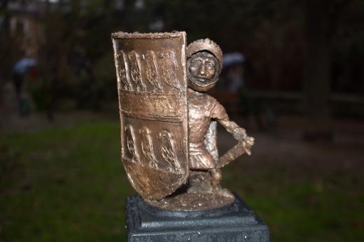 Біля хімфаку в Ужгороді встановили 43-тю міні-скульптуру – бронзового Другета