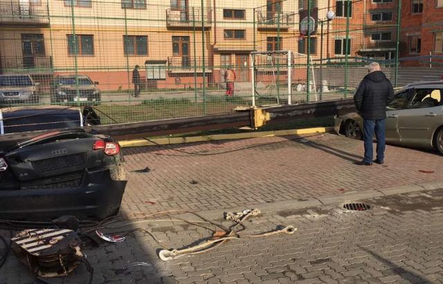 На будівництві в Ужгороді впала стріла крану і потрощила дві припарковані автівки