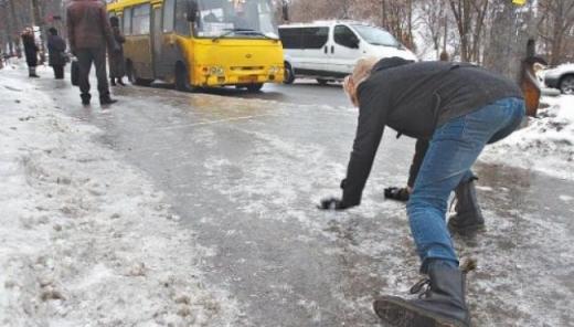 Лікарі повідомили кількість травмованих через ожеледицю в Ужгороді (ВІДЕО)