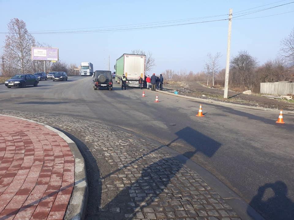 У Мукачеві вантажівка зачепила причепом пішохода – потерпілий помер у лікарні