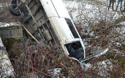 На Тячівщині впав з мосту мікроавтобус