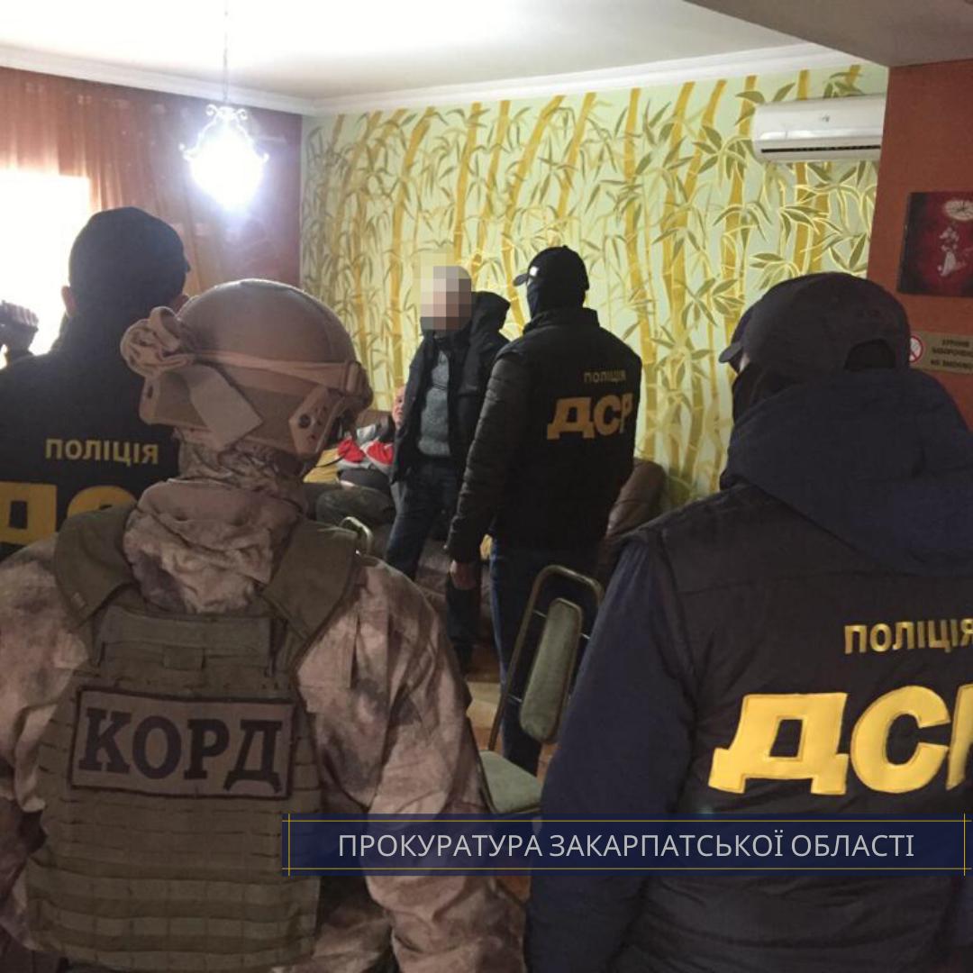 Правоохоронці затримали двох чоловіків, які вимагали 27 тис євро від нового власника будинку на Берегівщині за безперешкодне вселення