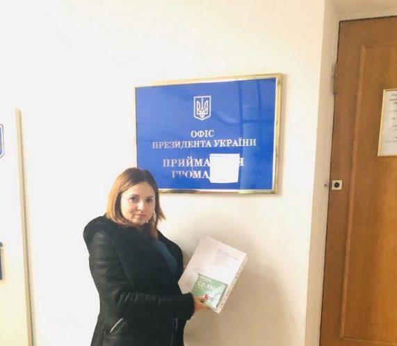 Батьки учнів Мукачівської школи №10 просять у Президента підтримки через незаконне звільнення директора
