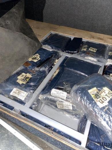 """На Закарпатті у ПП """"Тиса"""" в подвійному днищі салону мікроавтобуса виявили 425 пар джинсів"""