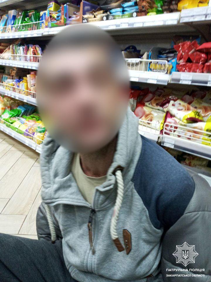 Ужгородські патрульні затримали чоловіка, який розрахувався в магазині фальшивою купюрою