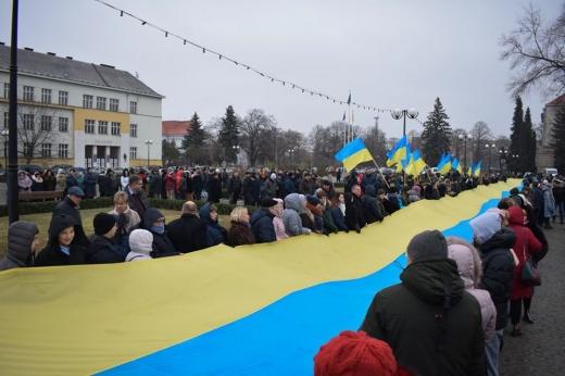 На площі Народній в Ужгороді до Дня Соборності розгорнули 100-метровий синьо-жовтий стяг