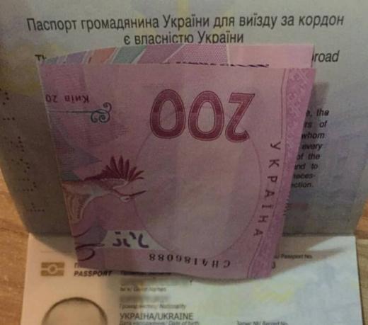 """Водій намагався підкупити прикордонників у пункті пропуску """"Ужгород"""""""
