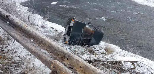 На Рахівщині автомобіль вилетів з дороги на берег річки і перекинувся – постраждав 8-річний хлопчик