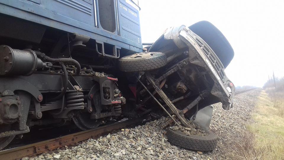 Моторошна ДТП на Тячівщині: вантажівка зіткнулася з потягом, є загиблі, один чоловік у важкому стані