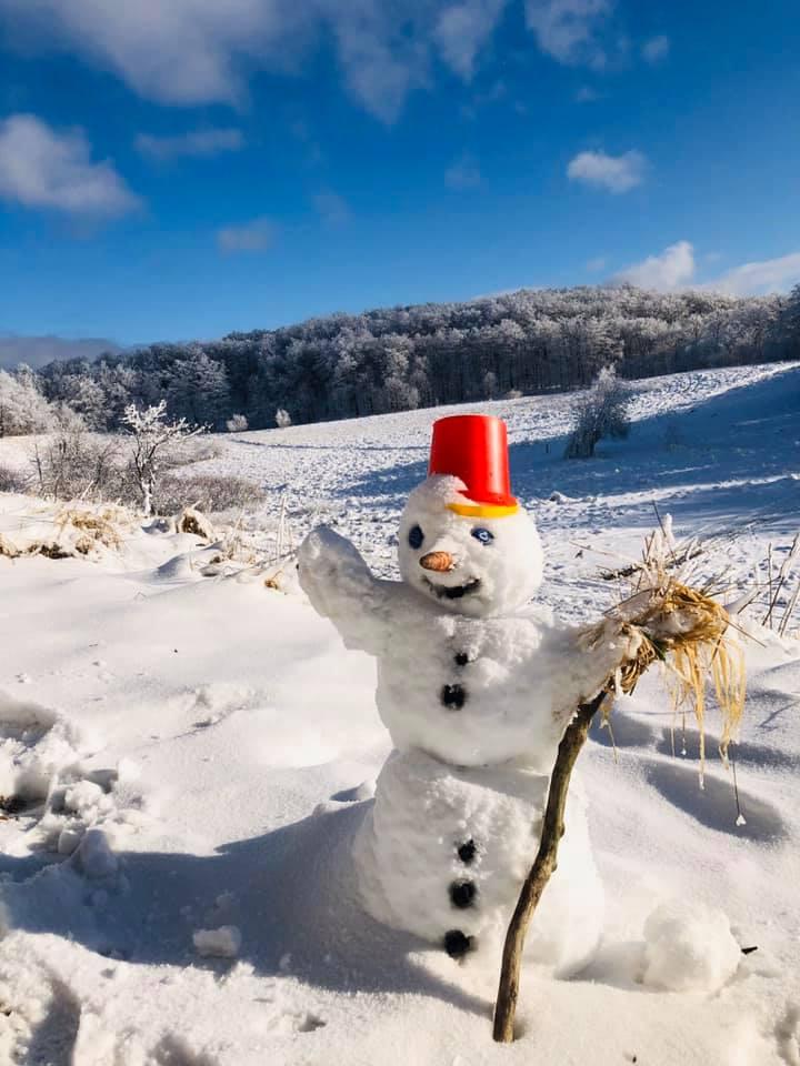 На Анталовецькій Поляні закарпатців радує симпатичний сніговичок (фото)