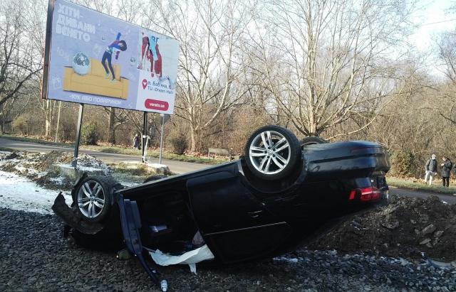 """На Слов'янській набережній в Ужгороді зіткнулися дві автівки – одного з водіїв забрала """"швидка"""""""