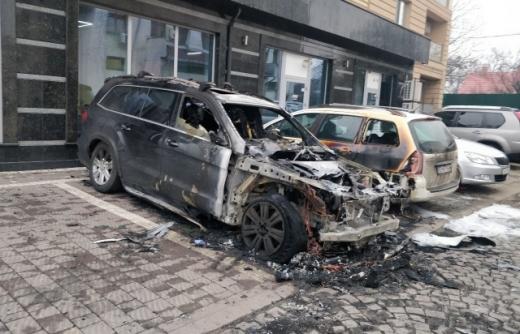 В Ужгороді згоріла іномарка, постраждала і автівка поруч