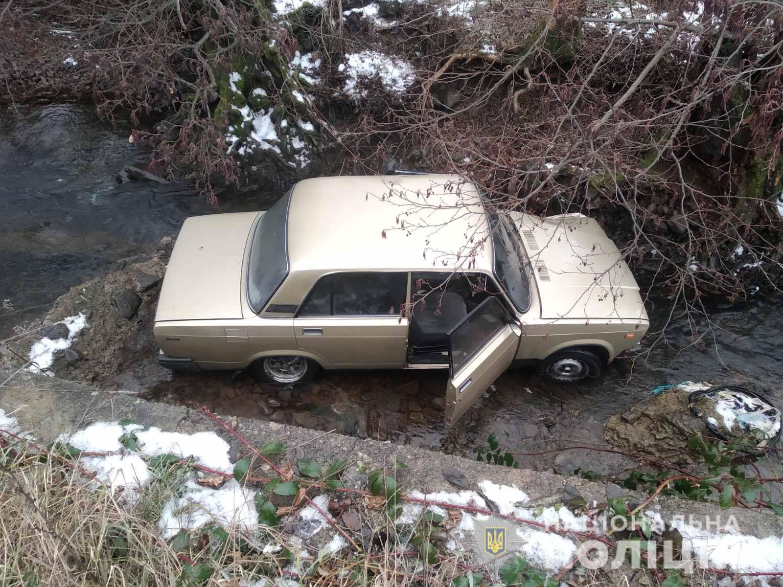 Через ожеледицю на Мукачівщині водій ВАЗу з'їхав у річку – пасажирка авто з травмами у реанімації