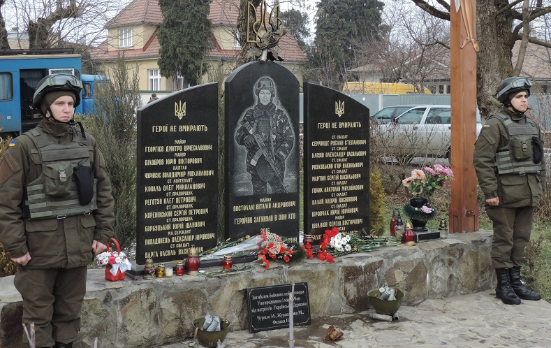 На площі імені Віталія Постолакі в Ужгороді вшанують полеглих в боях за Дебальцеве