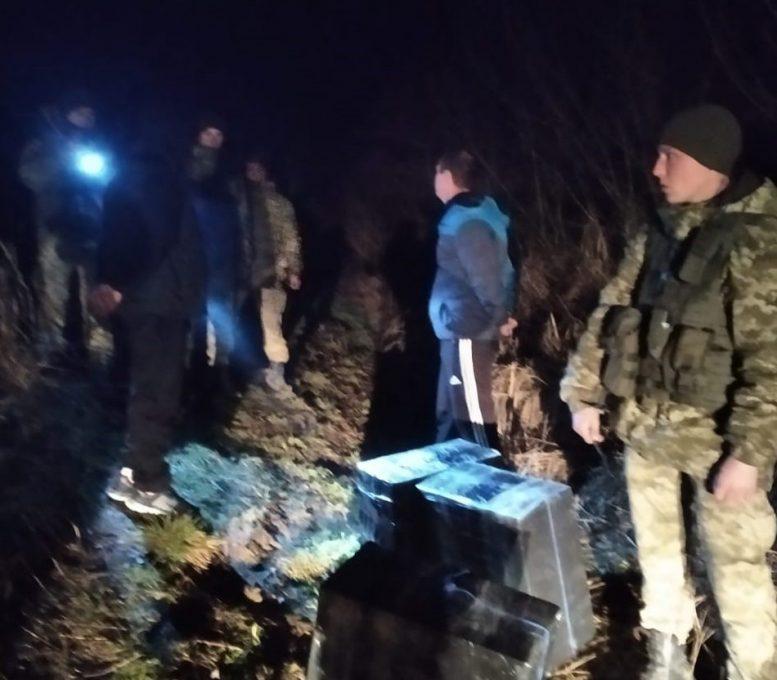 На Закарпатті поблизу кордону затримали контрабандистів з сигаретами