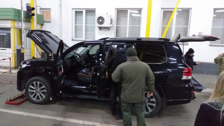 """В автівці дипломата, якого затримали на ПП """"Тиса"""" знаходилися вагітна дружина та мати (відео)"""