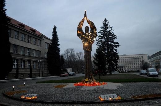 Ужгородська поліція розшукує невідомих, які пошкодили монумент жертвам Голодомору