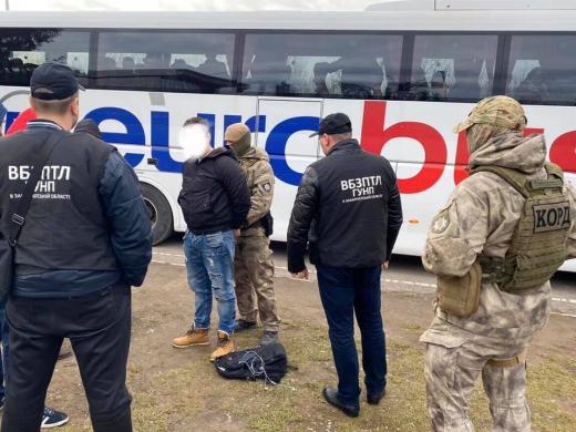 Закарпатські правоохоронці затримали злочинця, який продавав дівчат за кордон