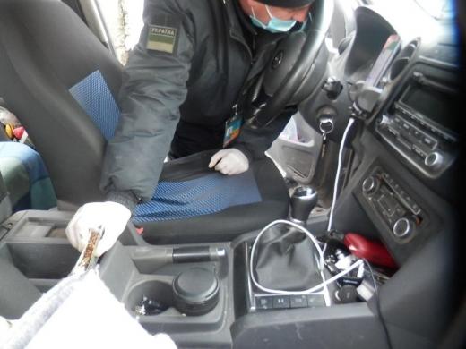 Закарпатські прикордонники виявили у автомобілі громадянина Угорщини приховані набої