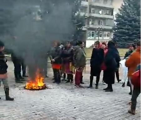 У Великому Березному роми палили шини проти закриття районної лікарні (відео)