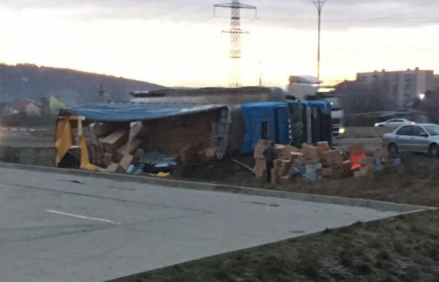 У Мукачеві перекинулася вантажівка (ФОТОФАКТ)