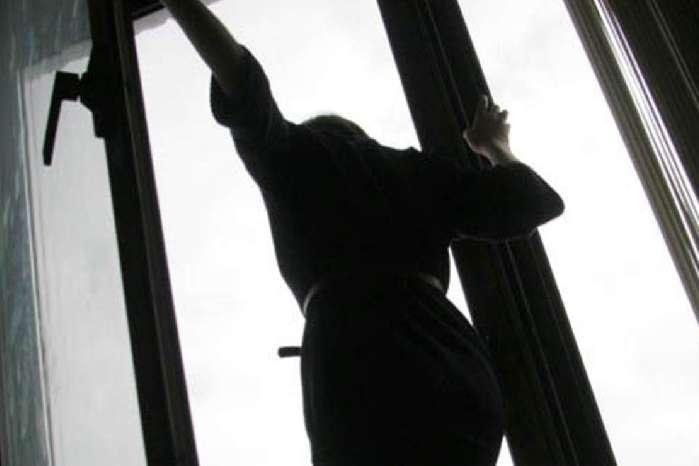 У Тячеві мати двох дітей викинулася з балкону