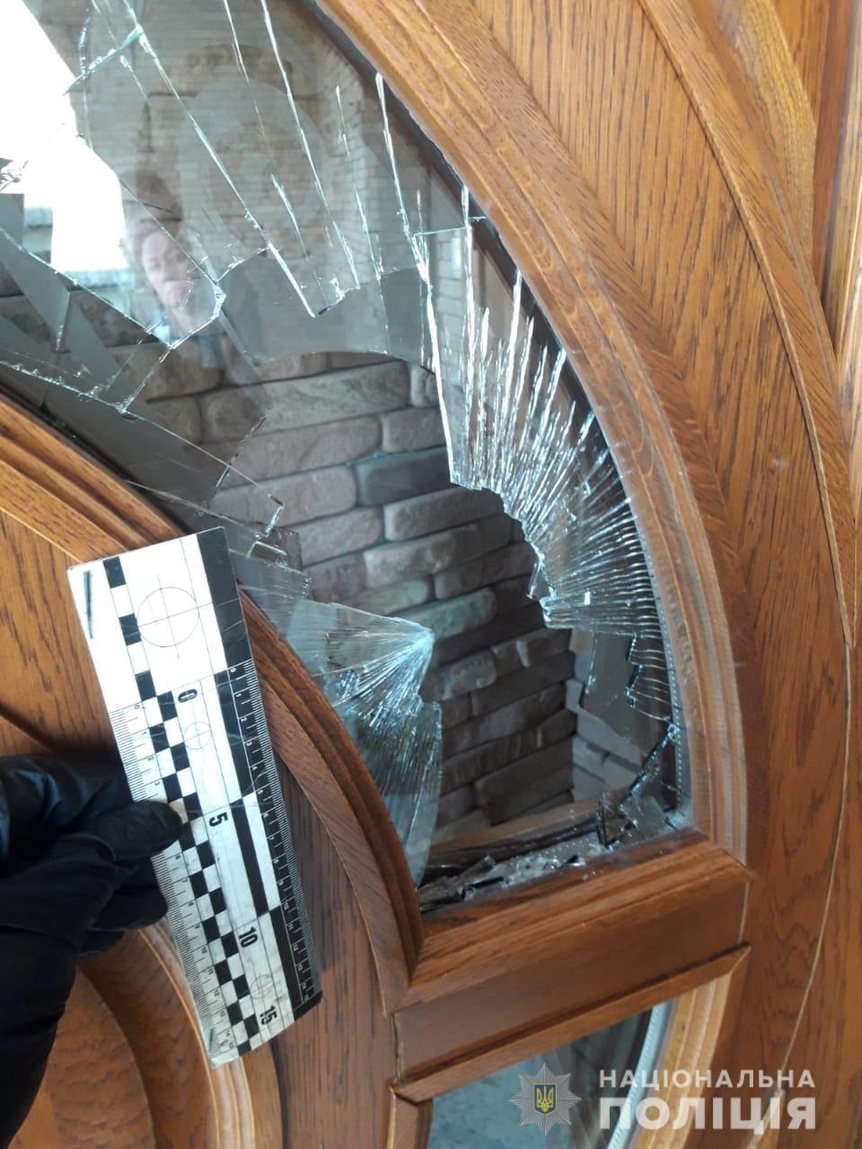 На Хустщині психічно хвора жінка порубала сокирою двері будинку односельців та пошкодила авто