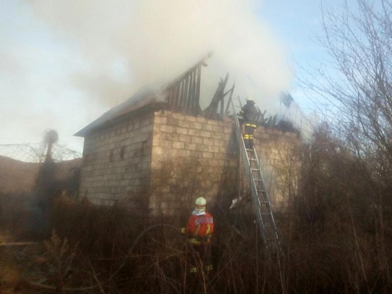 У Малому Березному вогонь від спалювання сухої трави перекинувся на будинок