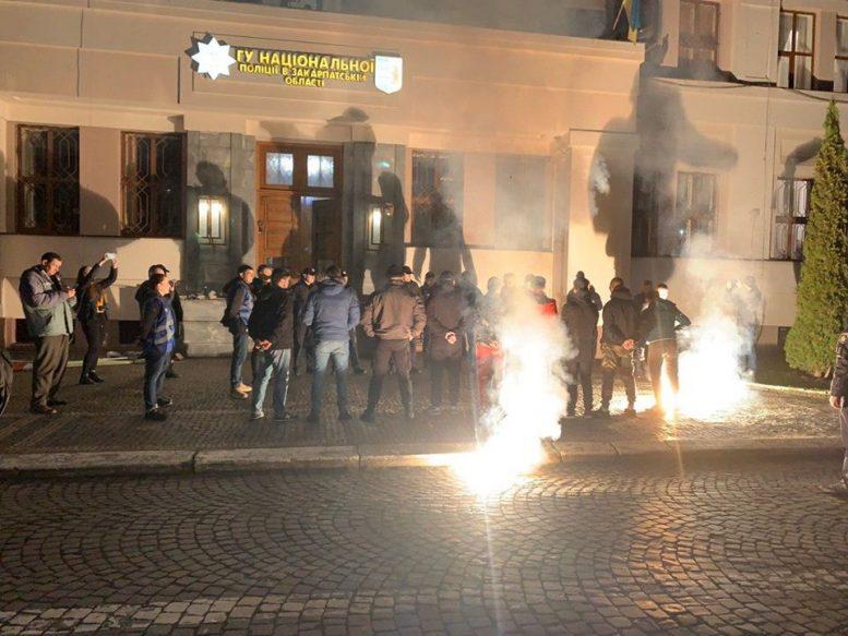В Ужгороді палили фаєри перед приміщенням нацполіції