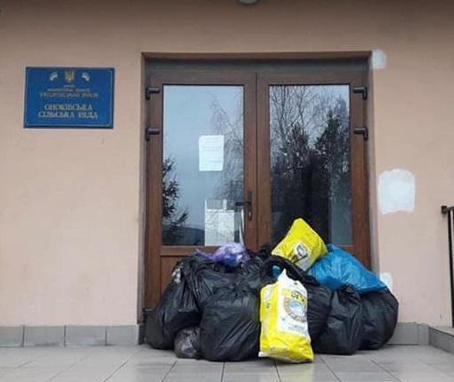 В Оноківцях люди несуть сміття під двері сільради (фото)