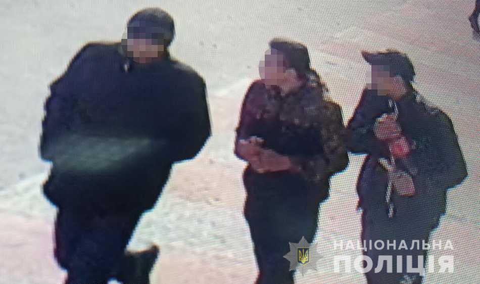 Двоє неповнолітніх в Ужгороді, погрожуючи ножем, відібрали телефон та гроші у перехожого