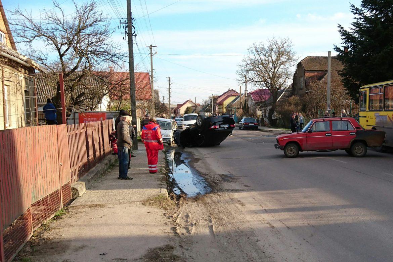 На Радванці в Ужгороді автівка перекинулася на дах – винуватець втік з місця пригоди