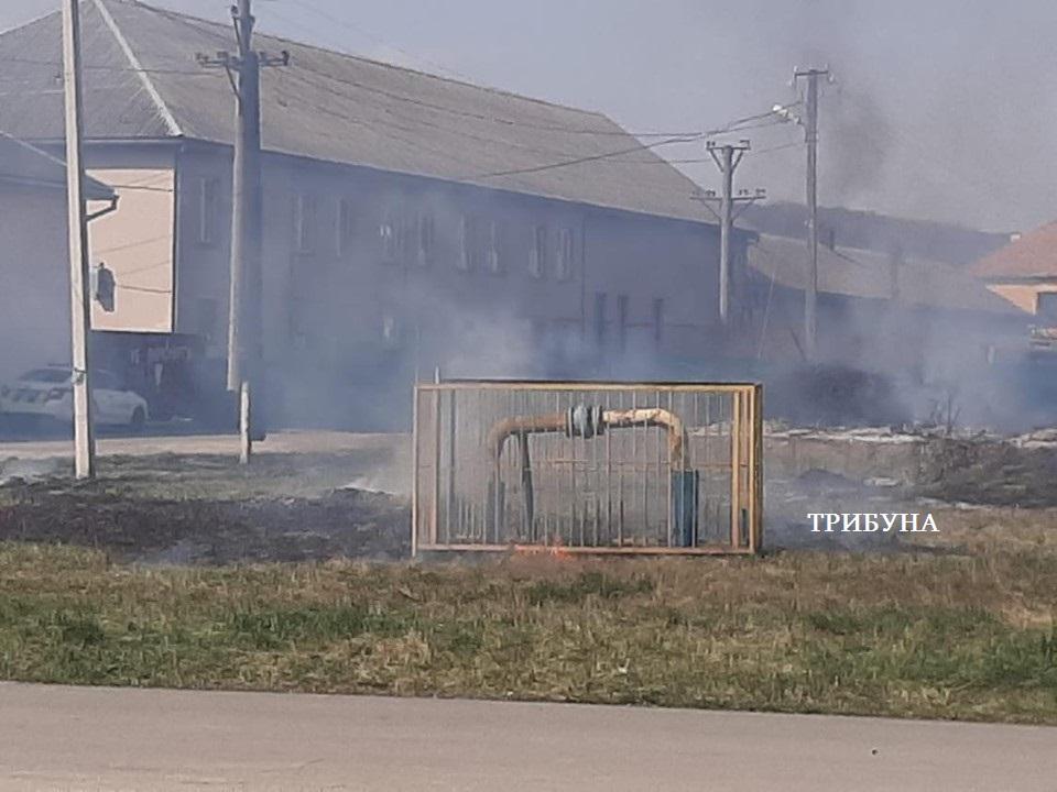 Під Ужгородом горить суха трава під газовою трубою (фото)
