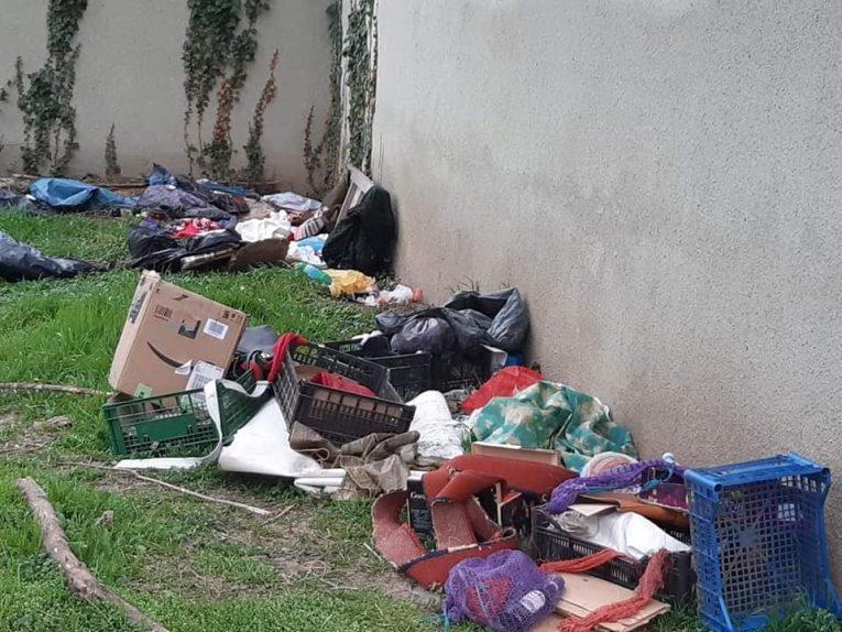 В Мукачеві під держустановами зробили звалища сміття (фото)
