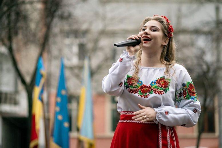 Студентка УІКіМ Альона Томащук заспівала на Шевченківському святі українців Румунії (фото)