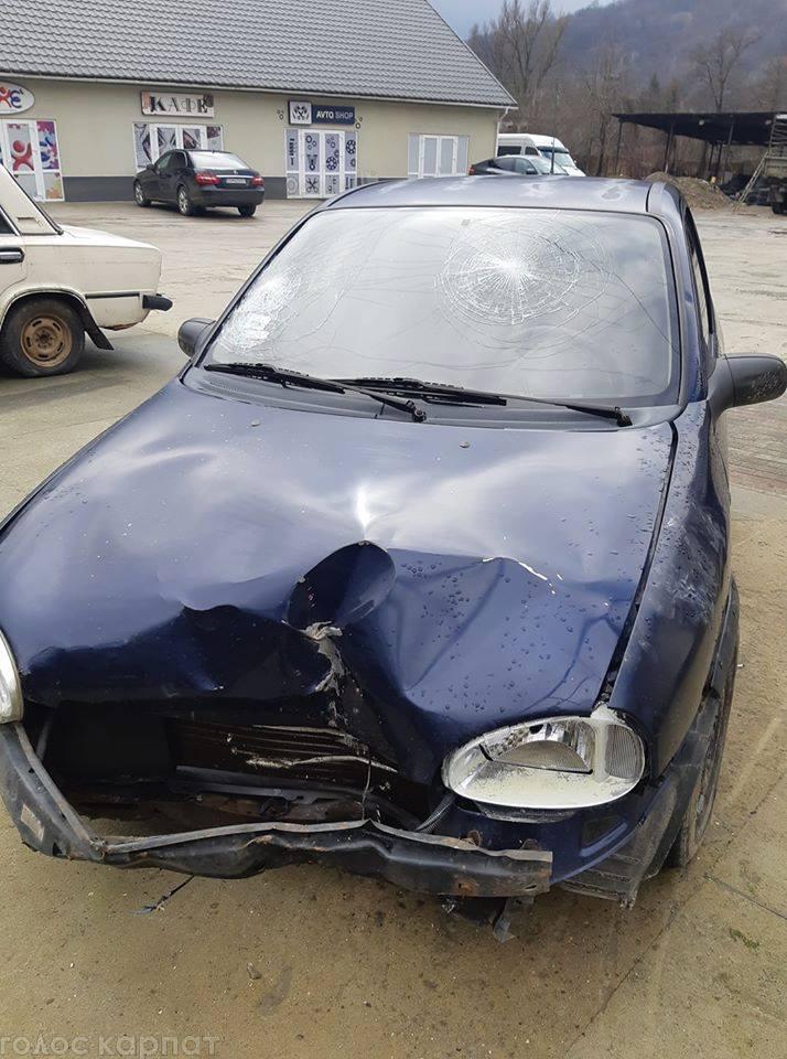 На Іршавщині поліцейський врізався на авто у бетонний стовп