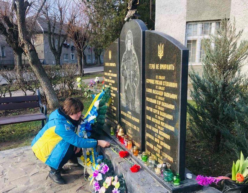 Площу імені Віталія Постолакі в Ужгороді відвідала дружина загиблого Героя України Валерія Опанасюка /фото/
