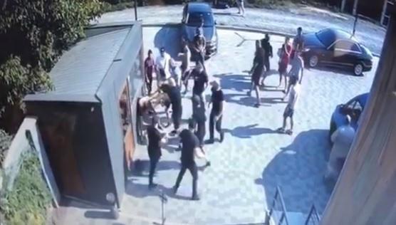 В Мукачеві натовп молодиків жорстоко побив опонентів (відео)