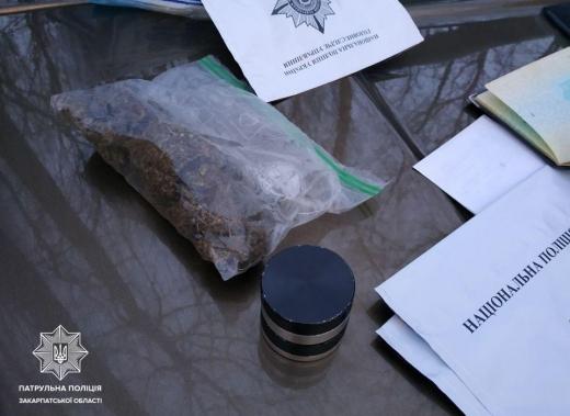Ужгородські патрульні виявили у водія пакунок з наркотичною речовиною