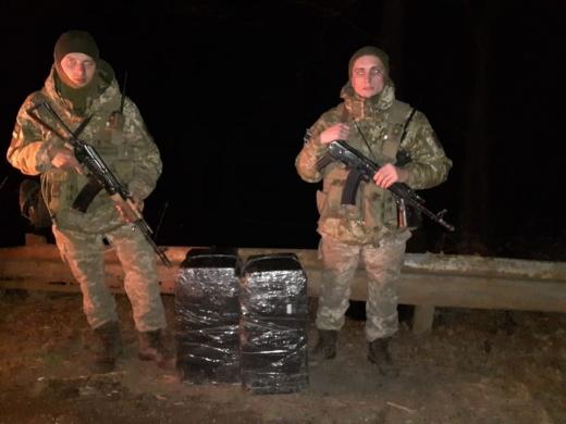 Закарпатські прикордонники припинили одразу дві спроби контрабанди цигарок