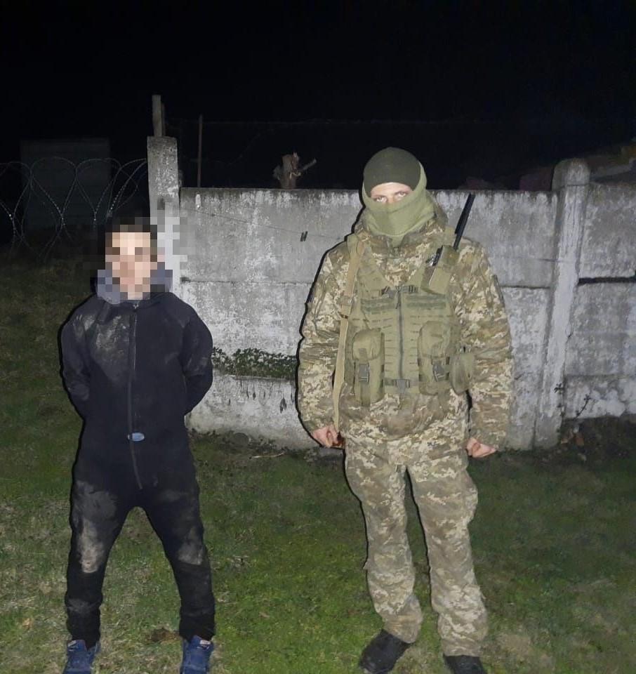 """На Закарпатті прикордонники затримали """"водолаза"""", котрий переправляв до Румунії медичні маски"""