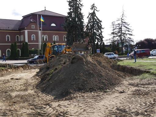Посадовцям Ужгородської міськради та підряднику, який здійснював реконструкцію площі Кирпи, погоджено підозру у розтраті понад 860 тис грн