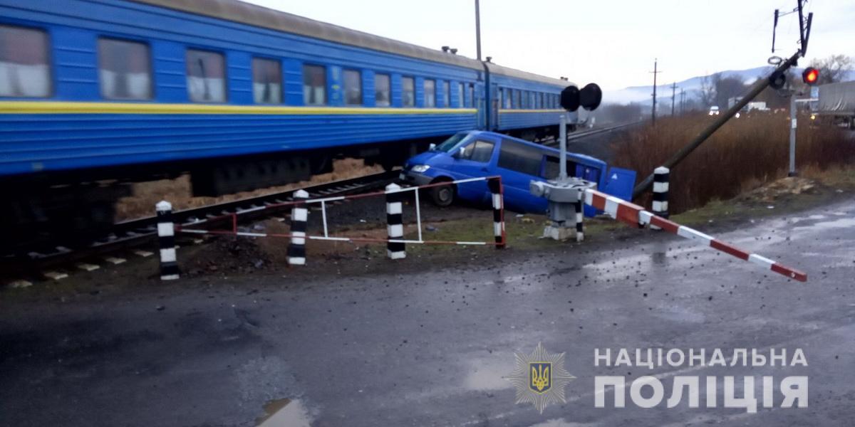 На Хустщині мікроавтобус врізався у потяг – 6 пасажирів травмовано
