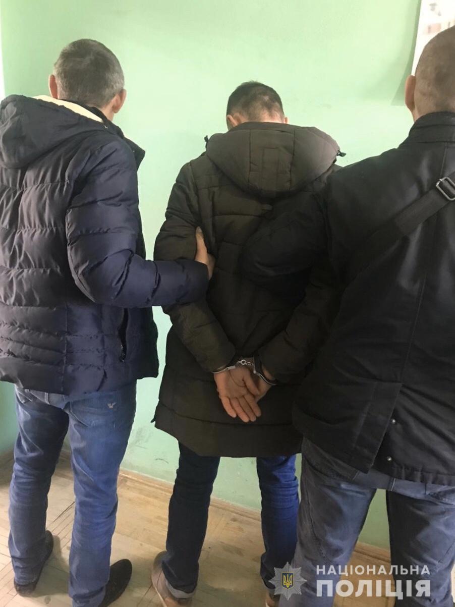 В Ужгороді грабіжник з ножем напав у під'їзді на 19-річного хлопця і відібрав телефон