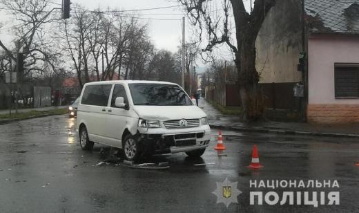 В Ужгороді сталася ДТП за участі трьох автівок – постраждала молода жінка