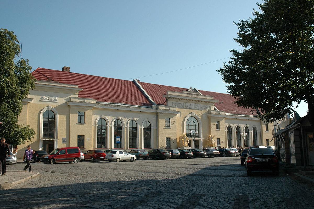 Біля вокзалу в Мукачеві молодик пограбував перехожого