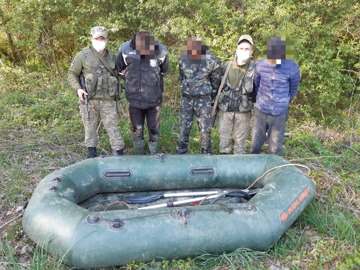 Закарпатські прикордонники затримали поблизу кордону з Угорщиною трьох осіб з надувним човном