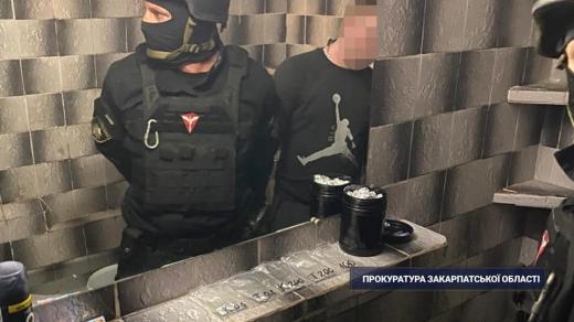 Правоохоронці виявили у помешканні випущеного під заставу мукачівця значну кількість наркотиків